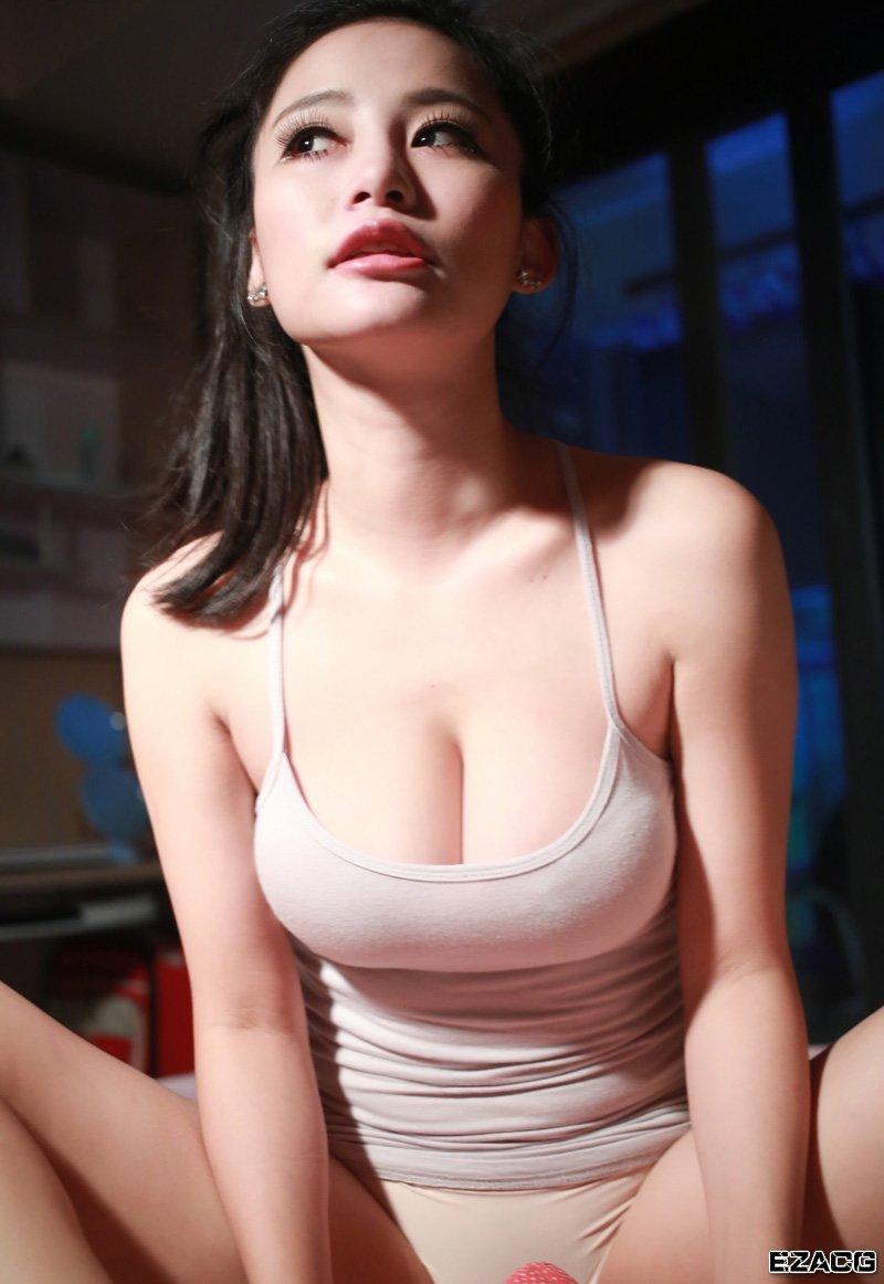 白嫩大胸少女妩媚诱人肩带滑落露半乳 竖